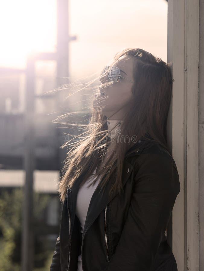 Κορίτσι που καπνίζει ένα τσιγάρο στοκ φωτογραφίες με δικαίωμα ελεύθερης χρήσης