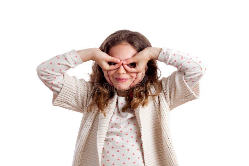 Κορίτσι που κατασκευάζει τα πλαστά γυαλιά με τα χέρια στοκ εικόνες