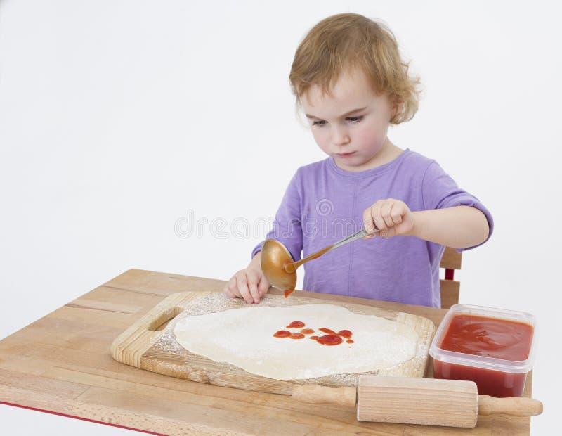Κορίτσι που κατασκευάζει την πίτσα στοκ φωτογραφίες με δικαίωμα ελεύθερης χρήσης