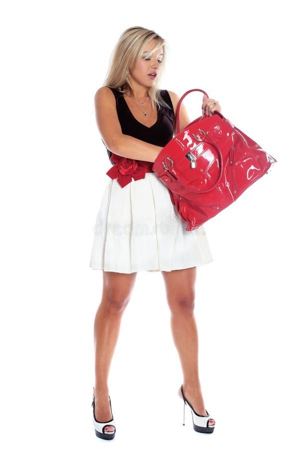Κορίτσι που κοιτάζει μέσα στην τσάντα στοκ φωτογραφίες
