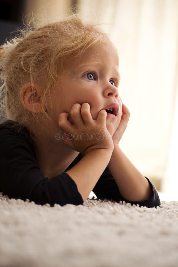 Κορίτσι που κοιτάζει στην πλευρά στοκ εικόνες