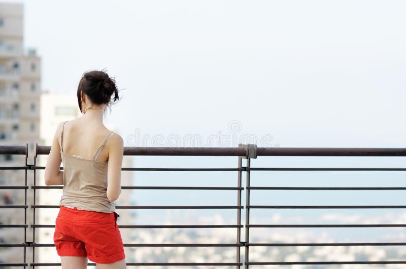 Κορίτσι που κοιτάζει στην πόλη