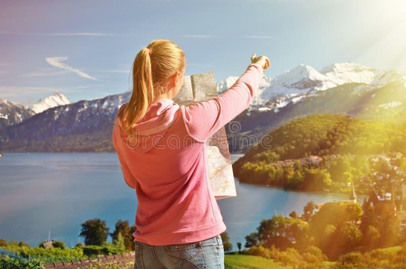 Κορίτσι που κοιτάζει στο χάρτη στοκ εικόνα με δικαίωμα ελεύθερης χρήσης