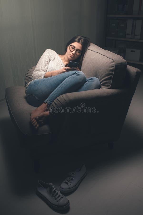 Κορίτσι που κουβεντιάζει αργά τη νύχτα στοκ φωτογραφία