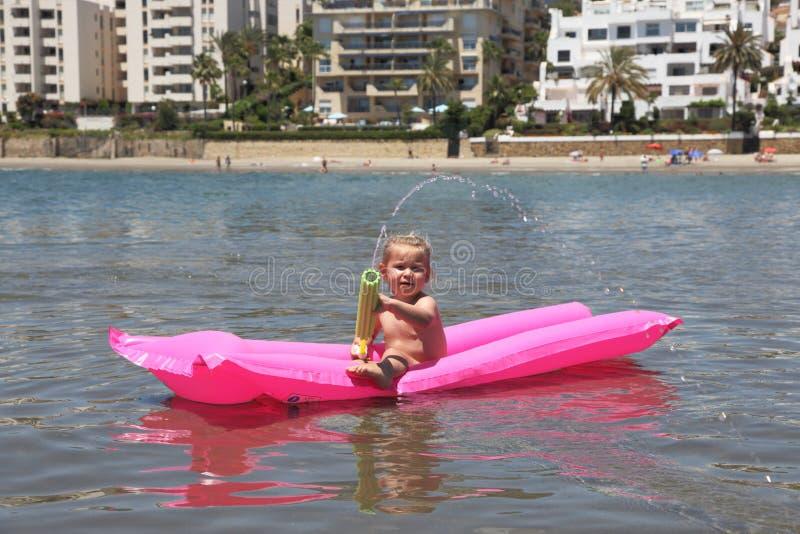 Κορίτσι που κολυμπά σε ένα στρώμα αέρα στοκ εικόνα με δικαίωμα ελεύθερης χρήσης