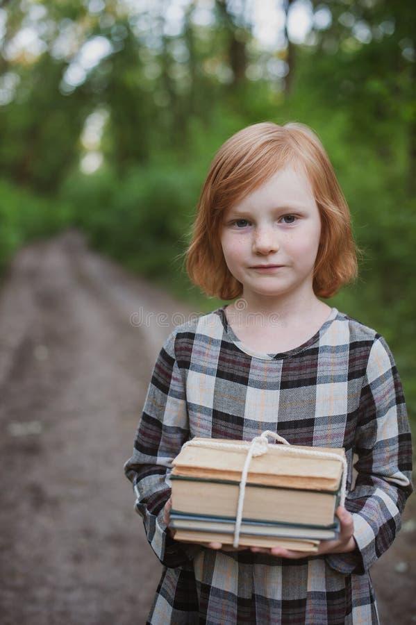 Κορίτσι που κρατά έναν σωρό του βιβλίου στοκ φωτογραφία με δικαίωμα ελεύθερης χρήσης