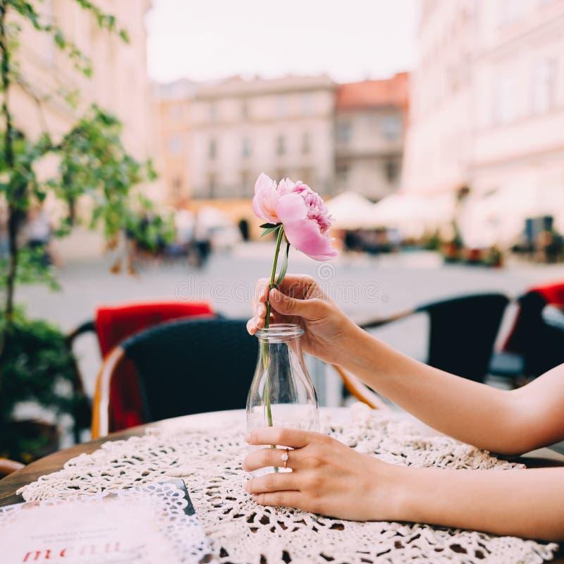 Κορίτσι που κρατά έναν peony σε ετοιμότητα της στοκ εικόνες με δικαίωμα ελεύθερης χρήσης
