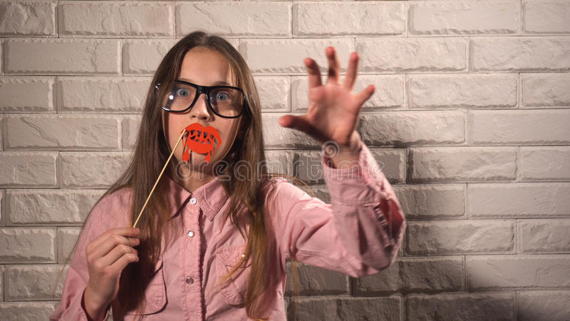 Κορίτσι που κρατά ένα έμβλημα με τα αιματηρά χείλια στοκ φωτογραφία με δικαίωμα ελεύθερης χρήσης