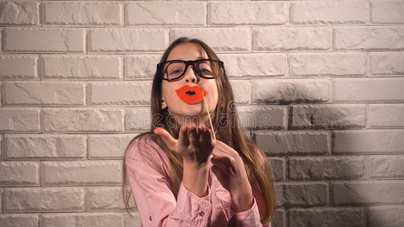 Κορίτσι που κρατά ένα έμβλημα με τα κόκκινα χείλια στοκ φωτογραφία