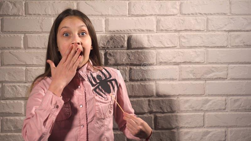 Κορίτσι που κρατά ένα έμβλημα με την αράχνη στοκ φωτογραφία