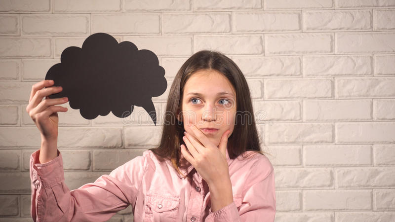 Κορίτσι που κρατά ένα έμβλημα με το μαύρο σύννεφο στοκ φωτογραφίες με δικαίωμα ελεύθερης χρήσης