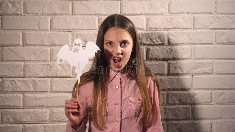 Κορίτσι που κρατά ένα έμβλημα με το φάντασμα στοκ φωτογραφία με δικαίωμα ελεύθερης χρήσης