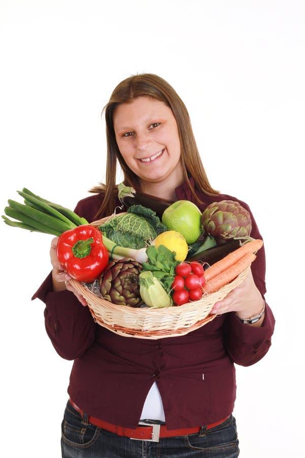 Κορίτσι που κρατά ένα καλάθι του λαχανικού στοκ εικόνες με δικαίωμα ελεύθερης χρήσης