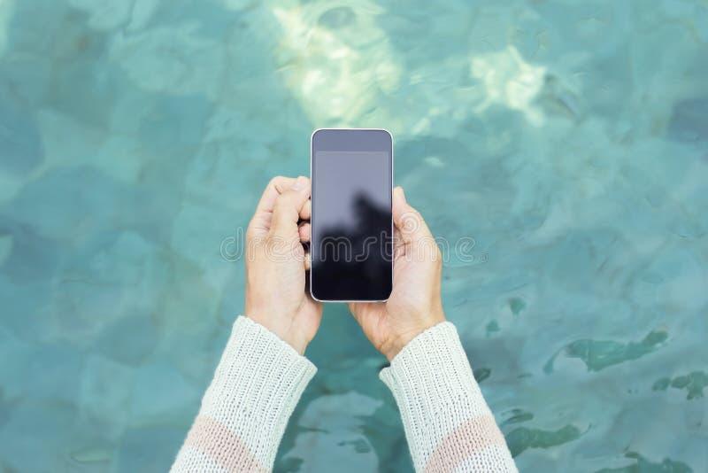 Κορίτσι που κρατά ένα κενό τηλέφωνο κυττάρων στοκ φωτογραφίες με δικαίωμα ελεύθερης χρήσης