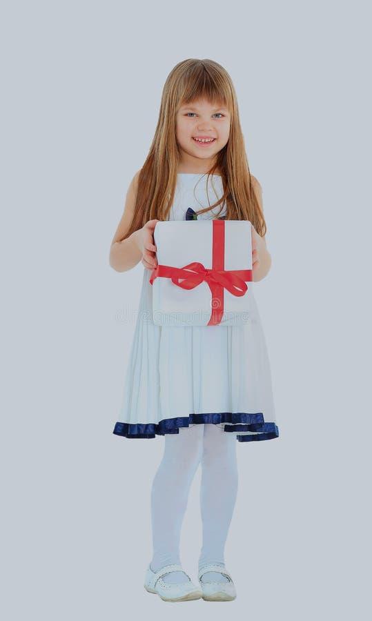 Κορίτσι που κρατά ένα παρόν και ένα χαμόγελο στοκ εικόνα με δικαίωμα ελεύθερης χρήσης
