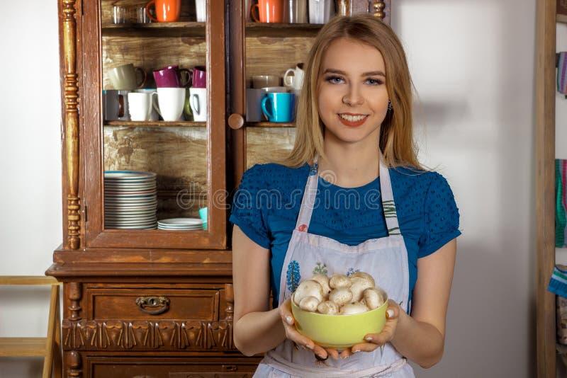 Κορίτσι που κρατά ένα πιάτο με τα μανιτάρια στοκ εικόνες