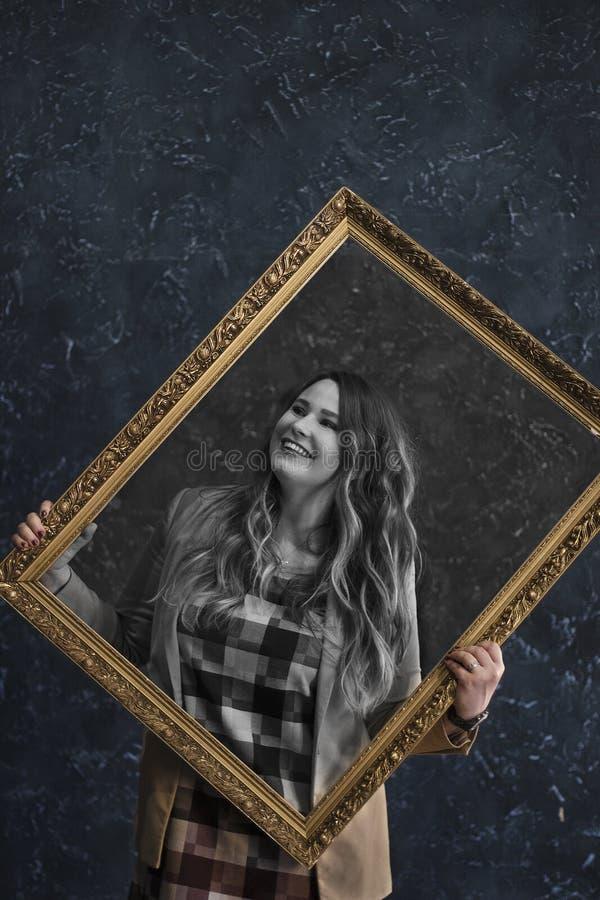 Κορίτσι που κρατά μια εικόνα στοκ εικόνα με δικαίωμα ελεύθερης χρήσης