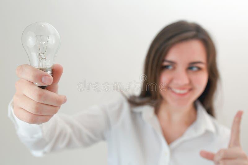 Κορίτσι που κρατά μια λάμπα φωτός στα χέρια της, ιδέες έννοιας, ένα κομμάτι Ov στοκ φωτογραφίες