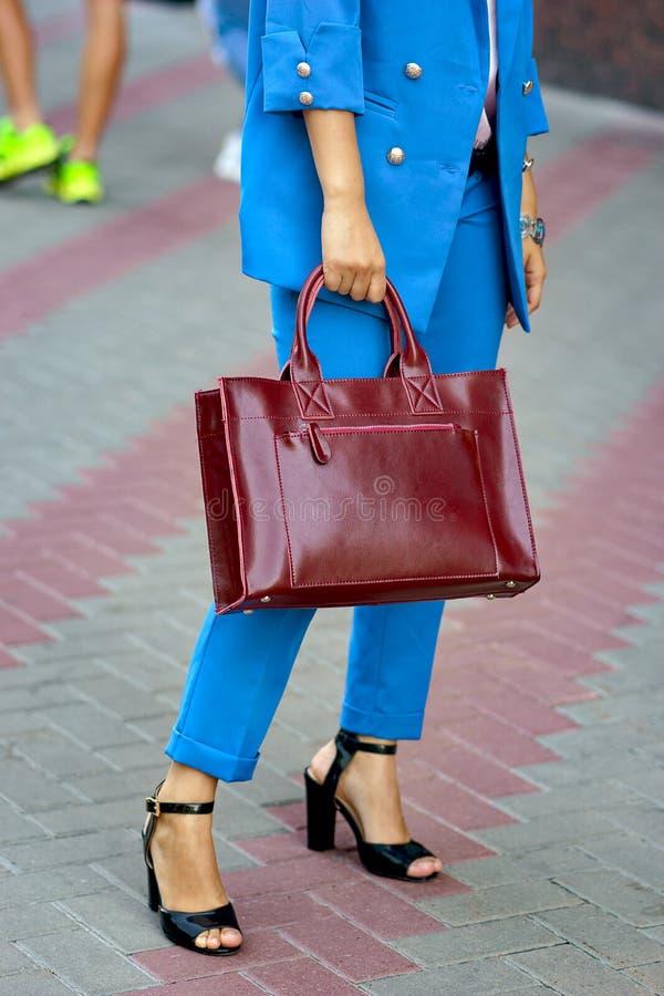 Κορίτσι που κρατά μια τσάντα στα χέρια της στοκ φωτογραφίες με δικαίωμα ελεύθερης χρήσης