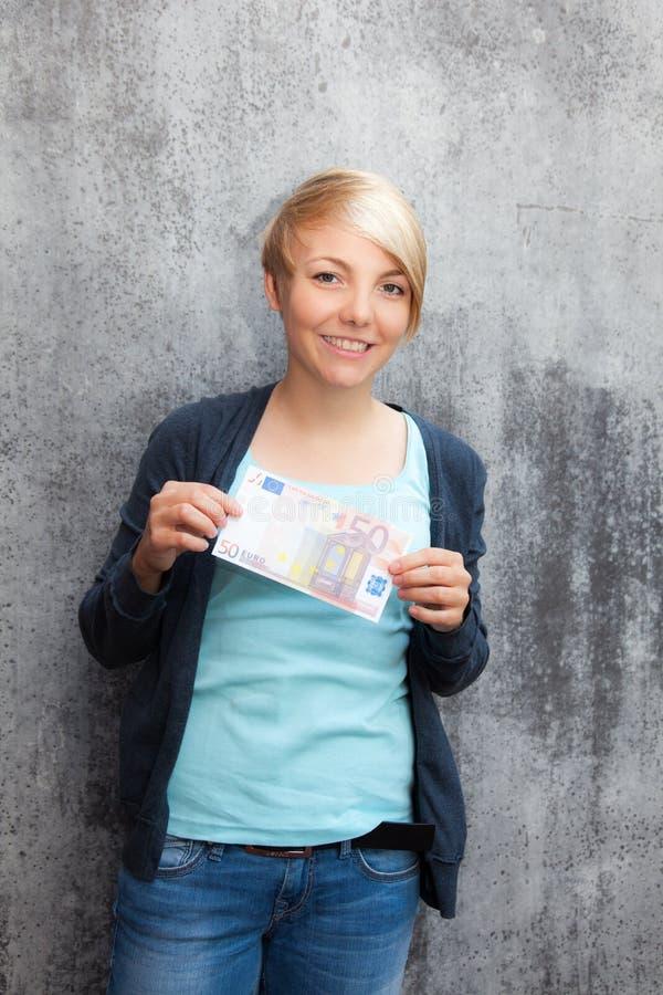 Κορίτσι που κρατά πενήντα ευρώ στοκ εικόνες με δικαίωμα ελεύθερης χρήσης