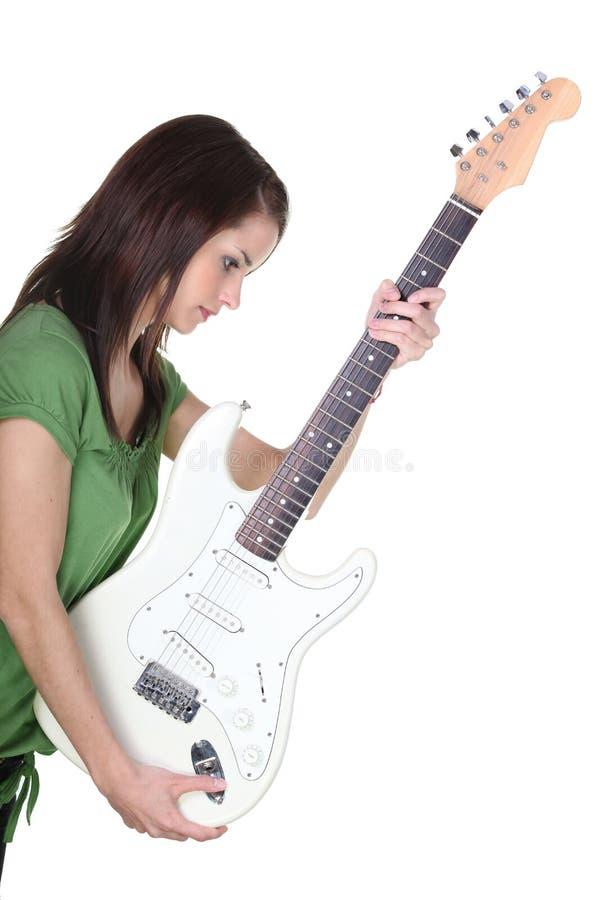 Κορίτσι που κρατά την ηλεκτρική κιθάρα στοκ φωτογραφίες με δικαίωμα ελεύθερης χρήσης