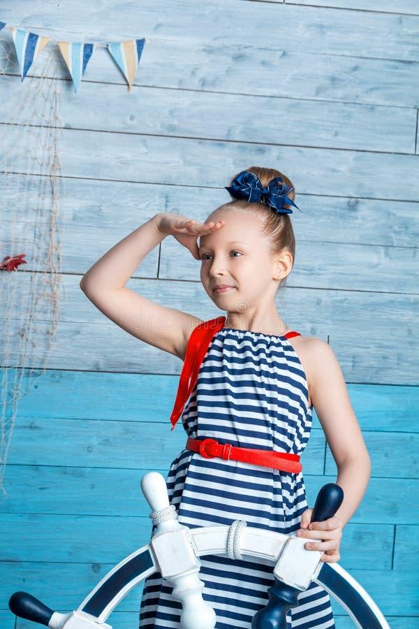 Κορίτσι που κρατά τη ρόδα στοκ εικόνα