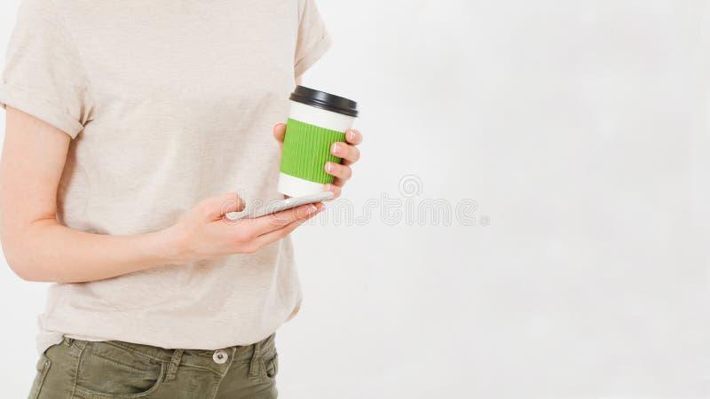 Κορίτσι που κρατά το άσπρο τηλέφωνο πλαστικό φλυτζανιών καφέ Κυψελοειδής που απομονώνεται στην άσπρη πορεία ψαλιδίσματος μέσα Τοπ στοκ εικόνες