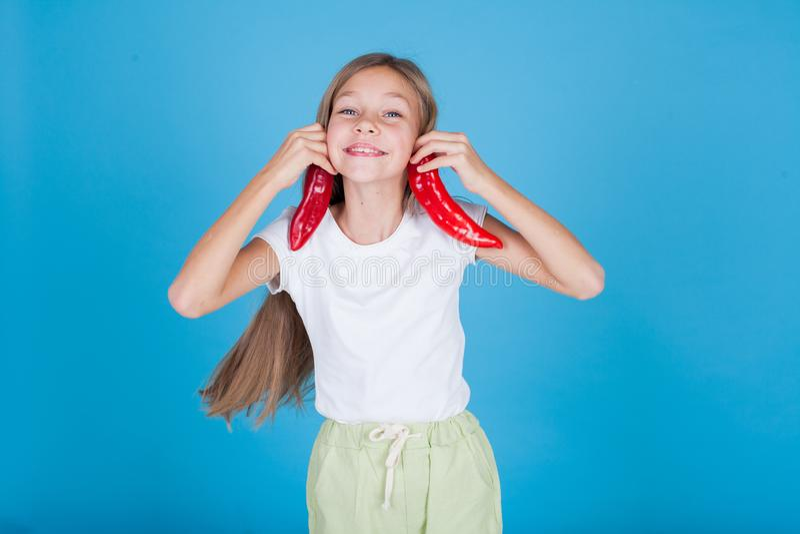Κορίτσι που κρατά φρέσκα κόκκινα υγιή τρόφιμα πιπεριών κουδουνιών στοκ εικόνες