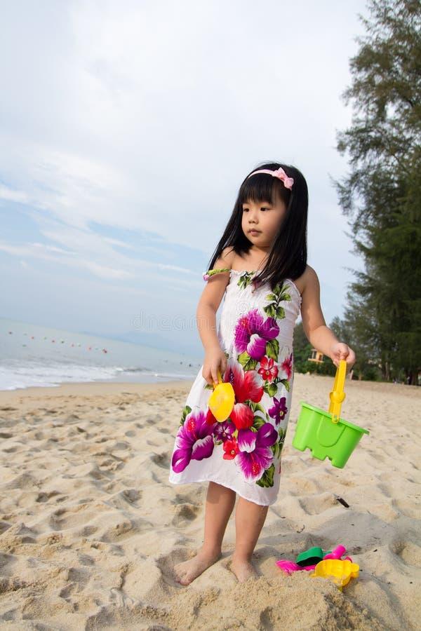 κορίτσι που λίγο παιχνίδι στρώνει με άμμο στοκ εικόνα με δικαίωμα ελεύθερης χρήσης