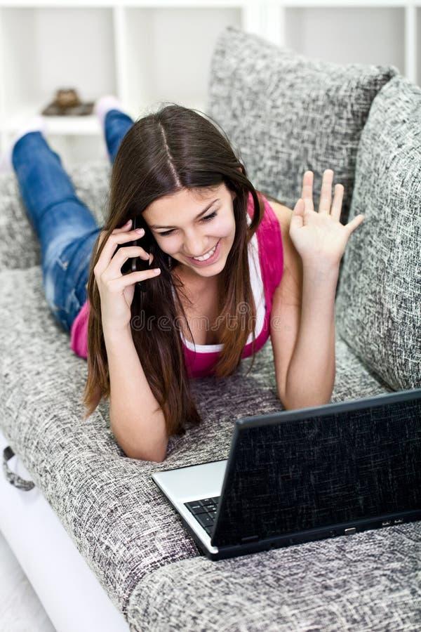 Κορίτσι που μιλά για τις ειδήσεις από το κοινωνικό δίκτυο στοκ φωτογραφία