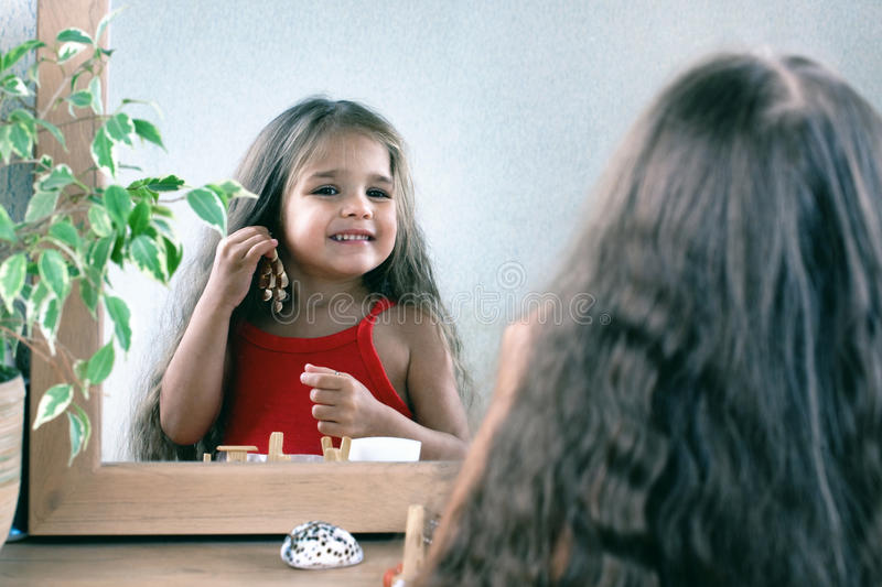 Κορίτσι που δοκιμάζει το σκουλαρίκι στοκ εικόνες με δικαίωμα ελεύθερης χρήσης