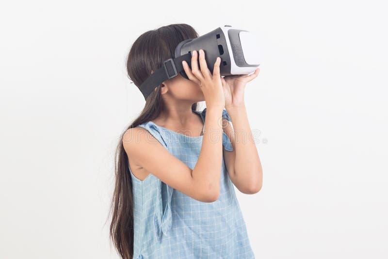Κορίτσι που παίζει τα τηλεοπτικά γυαλιά εικονικής πραγματικότητας παιχνιδιών στοκ εικόνες