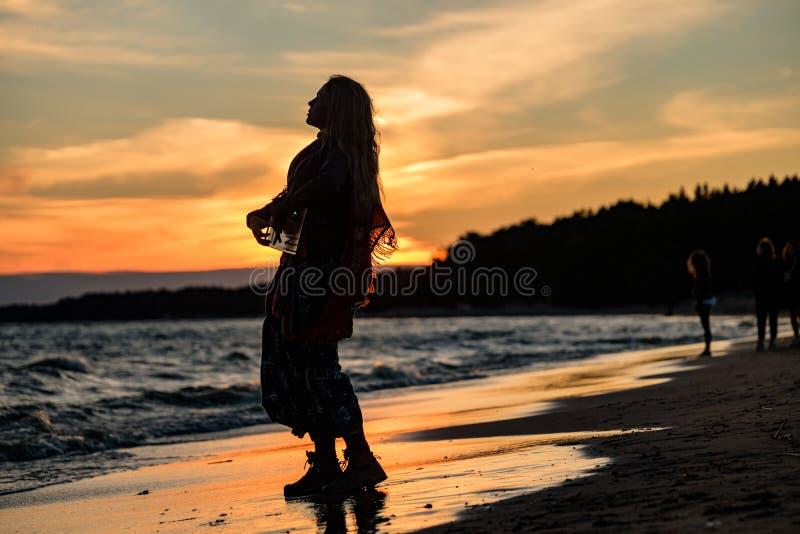 Κορίτσι που παίζει το gusli στην ακτή του Κόλπου της Φινλανδίας στοκ φωτογραφία με δικαίωμα ελεύθερης χρήσης