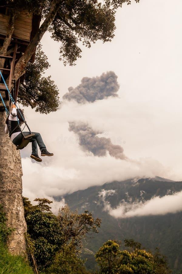Κορίτσι που παίρνει έναν γύρο Casa Del Arbol Swing στοκ φωτογραφία με δικαίωμα ελεύθερης χρήσης