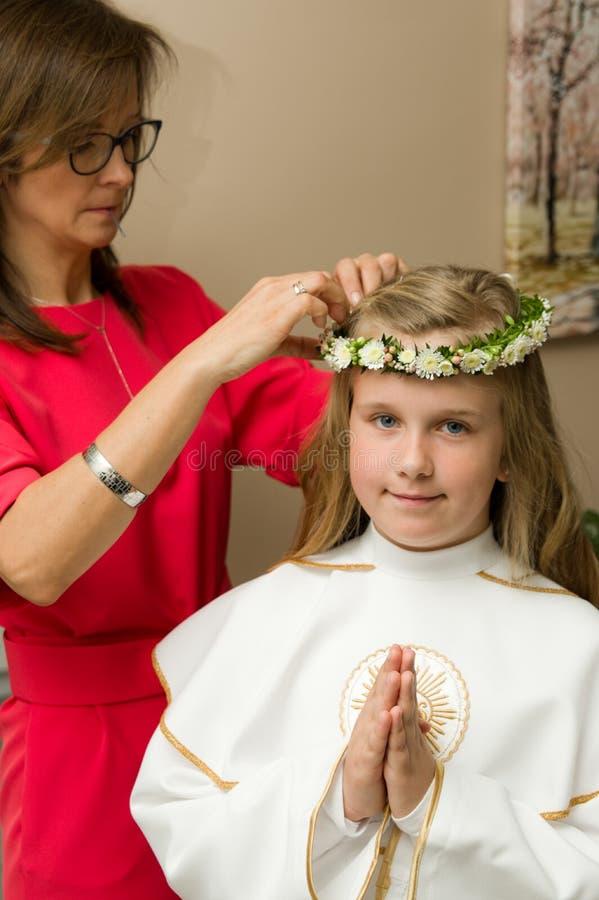 Κορίτσι που παίρνει έτοιμο για το πρώτο ιερό γεγονός κοινωνίας της στοκ φωτογραφίες