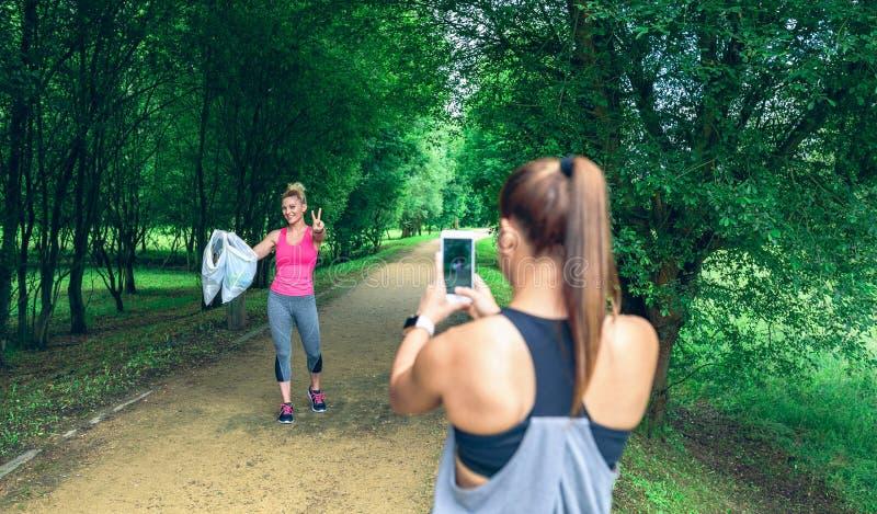 Κορίτσι που παίρνει την εικόνα ενός φίλου μετά από στοκ φωτογραφία