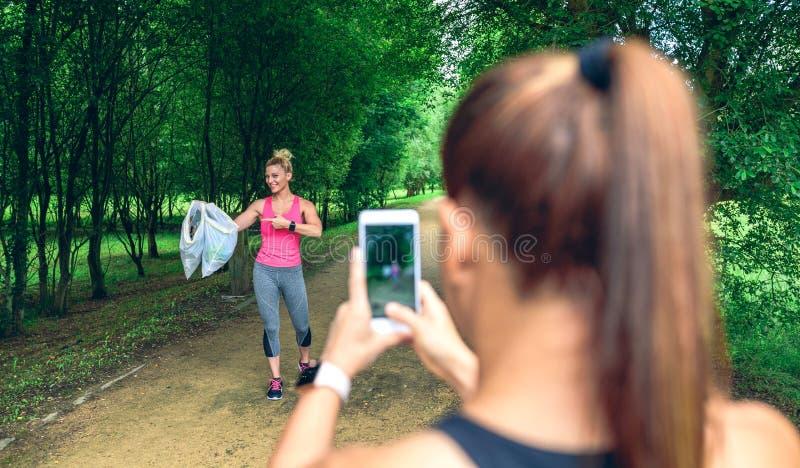 Κορίτσι που παίρνει την εικόνα ενός φίλου μετά από στοκ εικόνα
