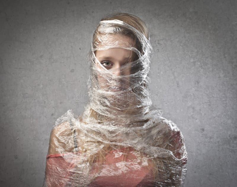 Κορίτσι που παγιδεύεται στο πλαστικό στοκ φωτογραφίες με δικαίωμα ελεύθερης χρήσης