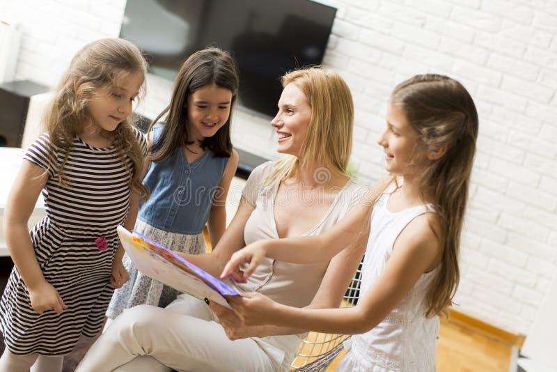 Κορίτσι που παρουσιάζει ένα σχέδιο στη μητέρα στοκ φωτογραφίες