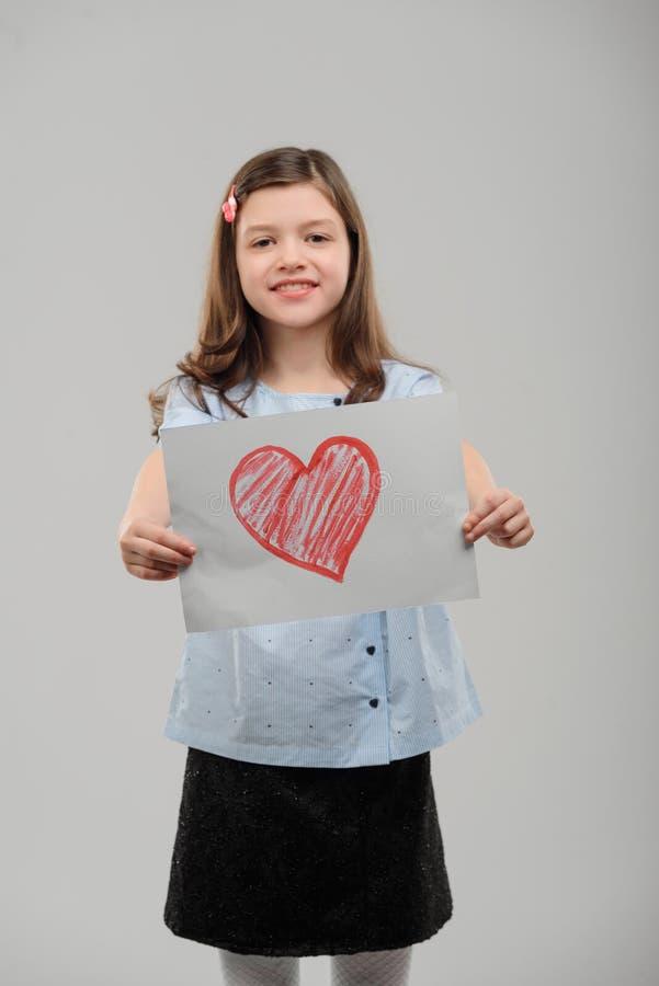 Κορίτσι που παρουσιάζει κάρτα βαλεντίνων στοκ φωτογραφίες