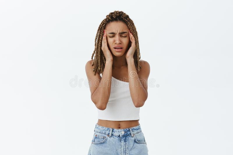 Κορίτσι που πηγαίνει τρελλό με τις φοβερές σκέψεις, overreacting χέρια εκμετάλλευσης στους ναούς που δοκιμάζοντας τη στάση εστίασ στοκ φωτογραφία με δικαίωμα ελεύθερης χρήσης