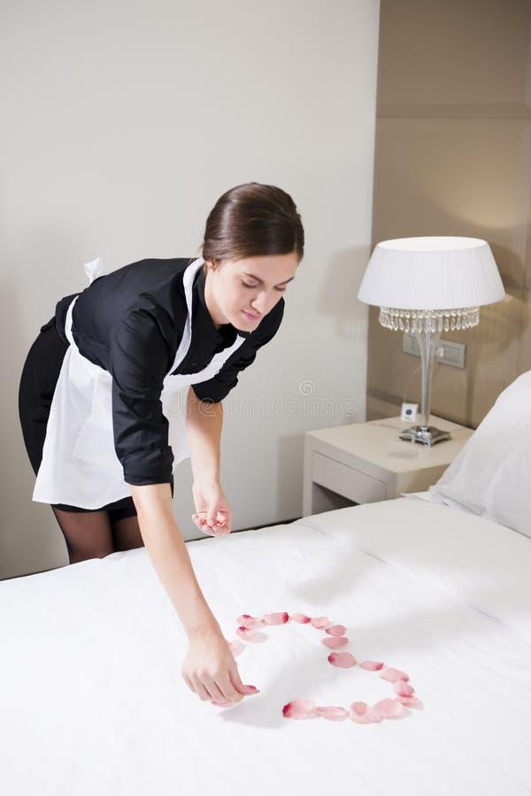 Κορίτσι που προετοιμάζει το σπορείο για Honeymooners στοκ φωτογραφία με δικαίωμα ελεύθερης χρήσης