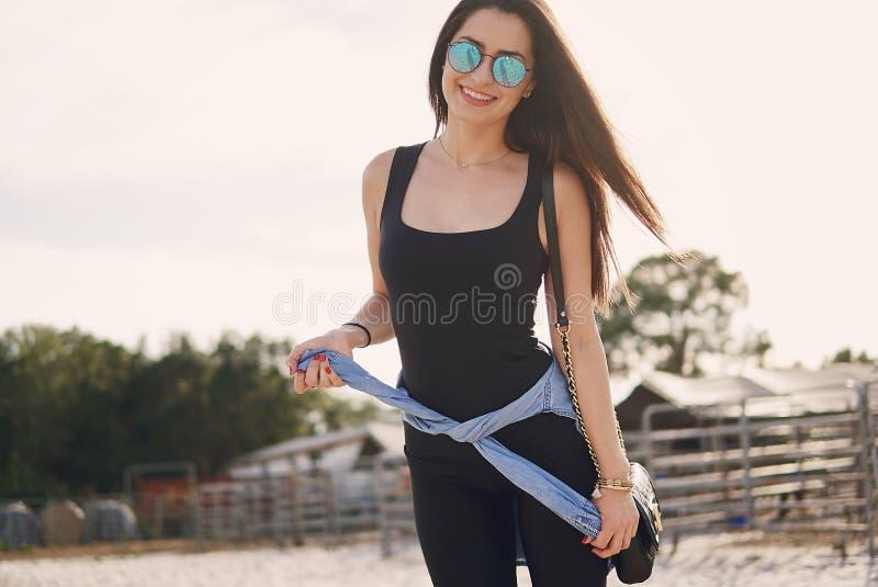 Κορίτσι που προετοιμάζεται να οδηγήσει ένα άλογο στοκ φωτογραφίες με δικαίωμα ελεύθερης χρήσης