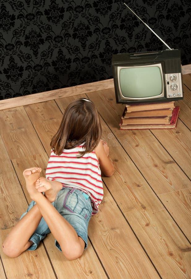 Κορίτσι που προσέχει την παλαιά TV στοκ φωτογραφία με δικαίωμα ελεύθερης χρήσης