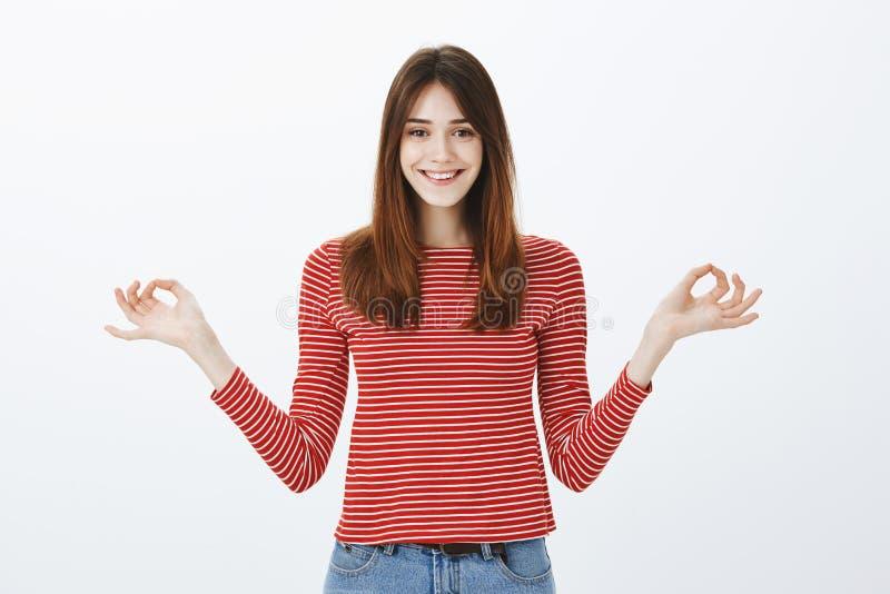 Κορίτσι που προσπαθεί να μείνει ήρεμος και ευτυχής στον πολυάσχολο τρόπο ζωής Ελκυστική νέα καυκάσια γυναίκα σπουδαστής στα ριγωτ στοκ εικόνες με δικαίωμα ελεύθερης χρήσης