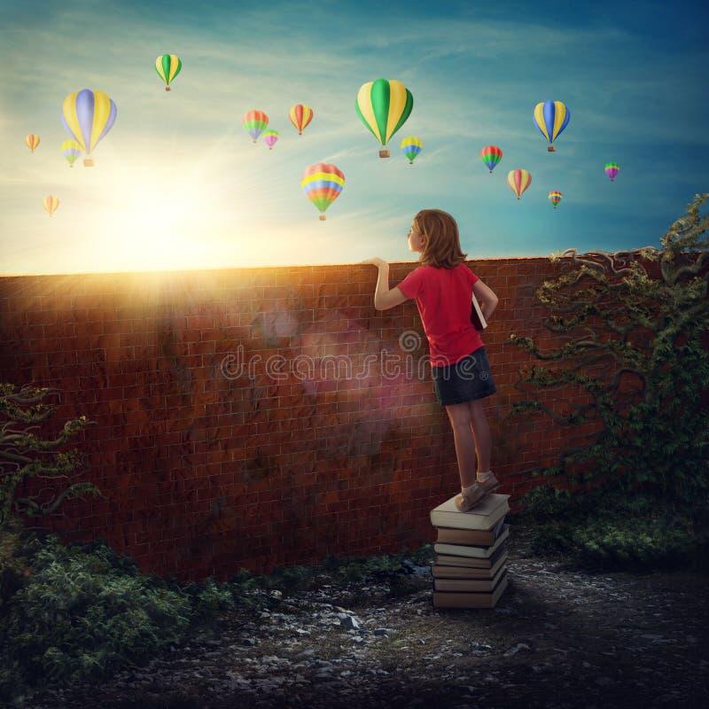 Κορίτσι που στέκεται στα βιβλία στοκ φωτογραφίες