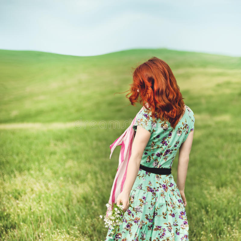 Κορίτσι που στέκεται στην πράσινη χλόη στοκ εικόνες