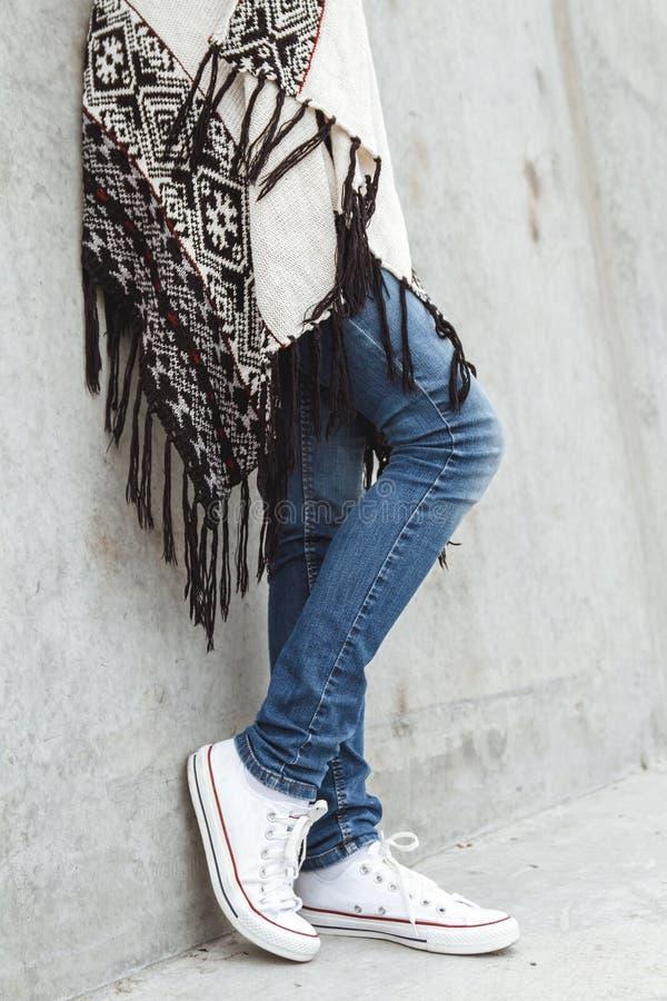 Κορίτσι που στέκεται στο συμπαγή τοίχο στοκ εικόνες