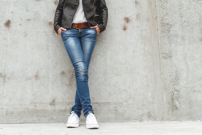 Κορίτσι που στέκεται στο συμπαγή τοίχο στοκ φωτογραφία με δικαίωμα ελεύθερης χρήσης