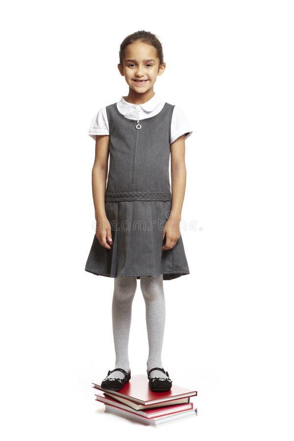 Κορίτσι που στέκεται σχολικό στα βιβλία στοκ φωτογραφία